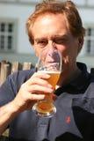 Trinkendes Bier Lizenzfreies Stockfoto