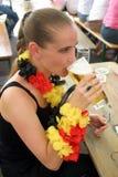 trinkendes Bier der blonden Frau lizenzfreie stockfotos
