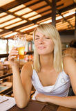 Trinkendes Bier der Frau Stockfoto