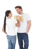 Trinkendes Bier der jungen Paare, welches das Spaßlächeln hat Lizenzfreies Stockfoto