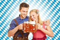 Trinkendes Bier der Paare bei Oktoberfest Lizenzfreies Stockbild