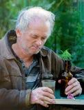 Trinkendes Bier des betrunkenen Mannes Stockfotos