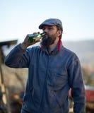 Trinkendes Bier des hübschen Landwirts Lizenzfreie Stockfotos