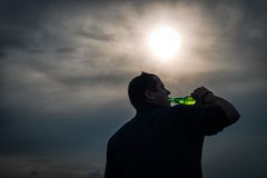 Trinkendes Bier des Mannes Stockfoto