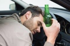 Trinkendes Bier des Mannes beim Fahren Stockfoto