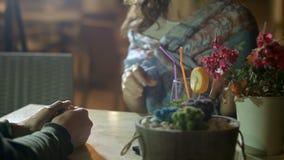 Trinkendes Cocktail der Frau, sprechend mit Freund auf romantischem Datum im Restaurant stock video