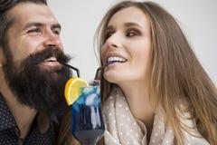 Trinkendes Cocktail der jungen Paare Stockfoto