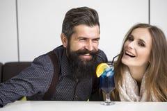Trinkendes Cocktail der jungen Paare Stockfotografie
