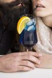 Trinkendes Cocktail der jungen Paare Lizenzfreie Stockfotos