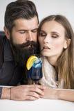 Trinkendes Cocktail der jungen Paare Lizenzfreie Stockbilder