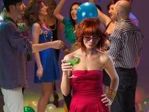 Trinkendes Cocktail der reizvollen Frau im Nachtclub Stockfoto
