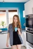 Trinkendes coffe oder Tee der jungen blonden Frau von der Schale Lizenzfreies Stockfoto