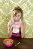Trinkendes Erdbeeremilchshake der Retro- Frau Stockfoto