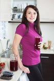 Trinkendes Fruchtgetränk der glücklichen Frau vom Glas Lizenzfreies Stockfoto