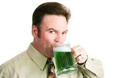 Trinkendes grünes Bier an Tag St. Patricks Stockfotos