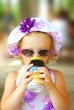Trinkendes kleines Mädchen. Lizenzfreies Stockbild