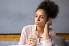 Trinkendes Milchshake der jungen Afroamerikanerfrau lizenzfreie stockfotos