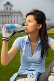 Trinkendes Mineralwasser im Park Stockfoto
