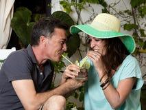 Trinkendes Soda der Paare auf viel Spaßart lizenzfreie stockfotos