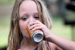Trinkendes Soda des Mädchens Stockfoto