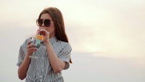 Trinkendes städtisches Cocktail des Sommers des schönen asiatischen Mädchens und Tanzen auf das Dach stock video