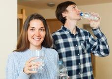 Trinkendes Trinkwasser der Paare Stockfoto