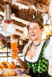 Trinkendes Weizenbier der bayerischen Frau Lizenzfreie Stockbilder