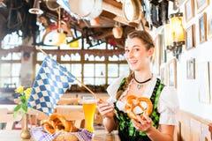 Trinkendes Weizenbier der bayerischen Frau Stockbild