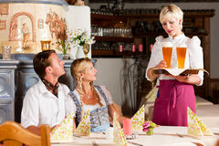 Trinkendes Weizenbier der bayerischen Paare Lizenzfreies Stockfoto
