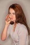 trinking детеныши женщины воды стоковые фото
