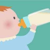 Trinkmilch des Babys von der Babyflasche Stockbild