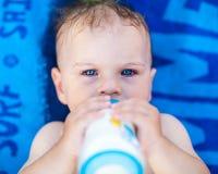 Trinkmilch des hübschen Babys Lizenzfreies Stockbild