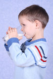 Trinkmilch des Jungen stockfoto