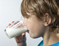 Trinkmilch des jungen Jungen Stockfoto