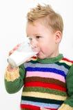 Trinkmilch des kleinen Jungen Stockfotografie