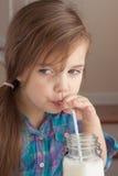 Trinkmilch des kleinen Mädchens Lizenzfreie Stockfotografie