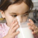 Trinkmilch des Mädchens. lizenzfreies stockfoto
