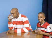 Trinkmilch des Vaters und des Sohns Lizenzfreies Stockbild