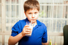 Trinkmilch mit einem Stroh Stockbild