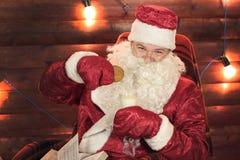 Trinkmilch Santa Clauss mit Plätzchen Lizenzfreie Stockfotografie