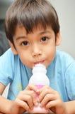Trinkmilcherdbeerbevorzugung des kleinen Jungen lizenzfreie stockfotografie