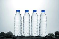Trinkwasser auf Holz Stockbild
