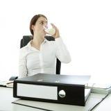 Trinkwasser der Brunettefrau stockfoto