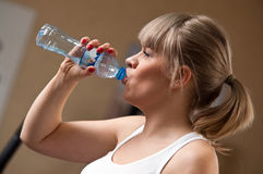 Trinkwasser der Frau Lizenzfreie Stockfotografie