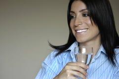 Trinkwasser der Frau Lizenzfreie Stockbilder