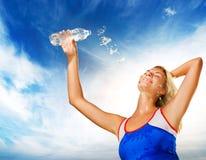 Trinkwasser der Frau Lizenzfreies Stockfoto