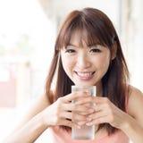 Trinkwasser der Frau am Café Stockfotografie
