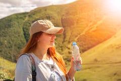 Trinkwasser der Frau im Sommersonnenlicht lizenzfreie stockbilder