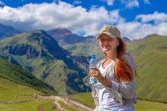 Trinkwasser der Frau im Sommersonnenlicht stockfoto