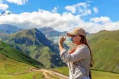 Trinkwasser der Frau im Sommersonnenlicht lizenzfreies stockbild